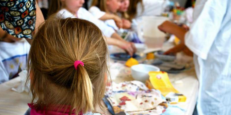 Kinder sitzen am Tisch im Museum Dinslaken