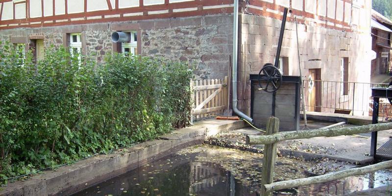 Fachwerkhaus mit Wasserbecken