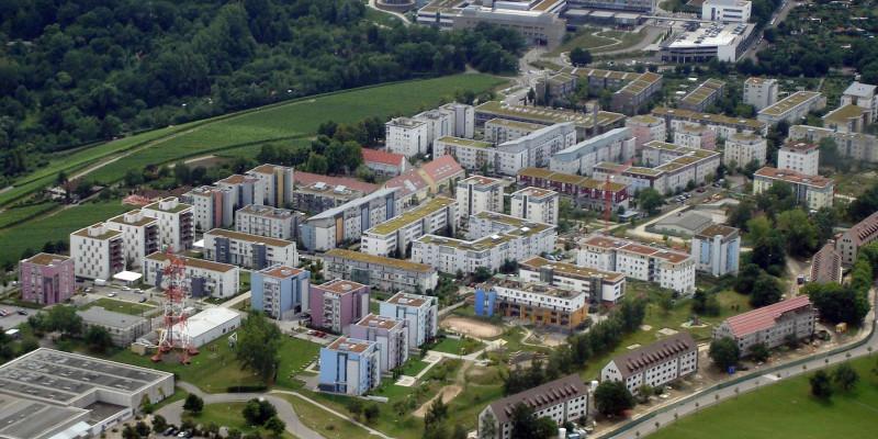 Luftbild von Wohngebiet mit Dachbegrünung.
