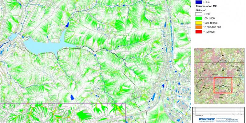 Ein Kartenausschnitt zeigt Fließwegeanalyse. Die Wasserverläufe sind in blauen Linien dargestellt, rundum zeigen verschiedene Grüntöne die Landschaftsform an.