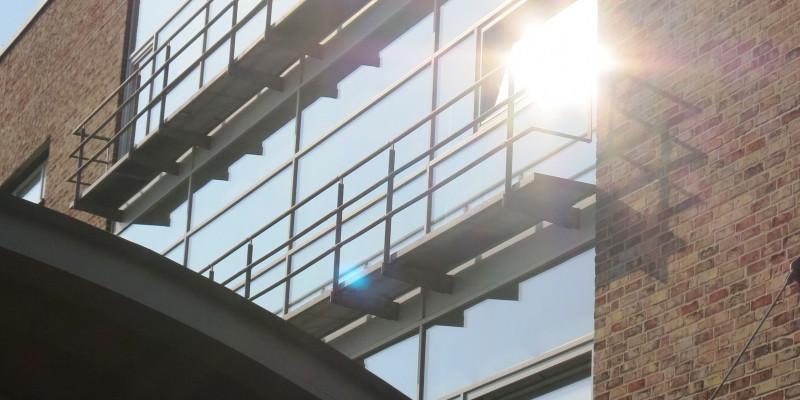Ein Gebäude mit großen Fensterfronten mit schmalen Balkonen