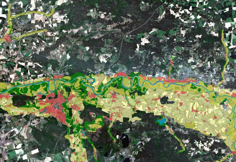 """Sentinel-2 RGB Satellitenbildaufnahme von Dessau-Roßlau (Aufnahmedatum 21.06.2020), überlagert mit dem Datenprodukt """"Riparian Zones"""" (Bezugsjahr 2012), der durch den Copernicus Landdienst bereitgestellt wird."""