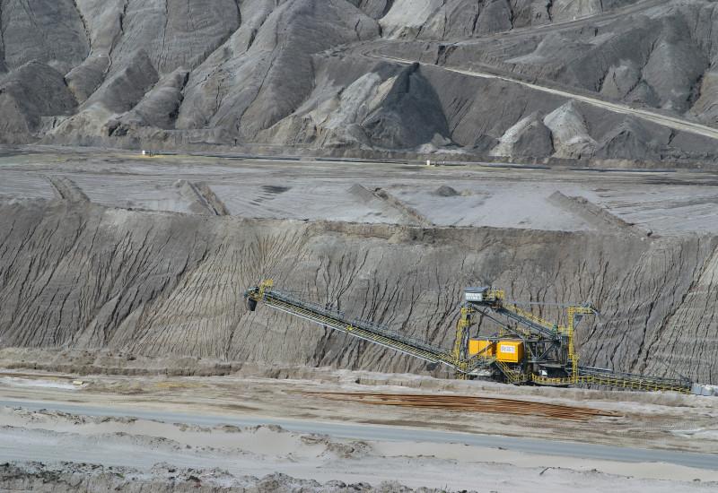 Das Bild zeigt einen Bagger ein einem großen Bergbau.