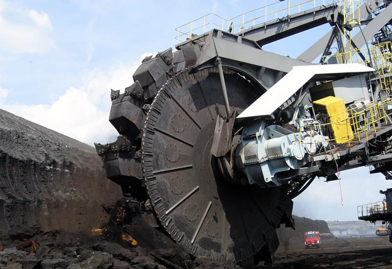 Braunkohlebagger im Tagebaugebiet