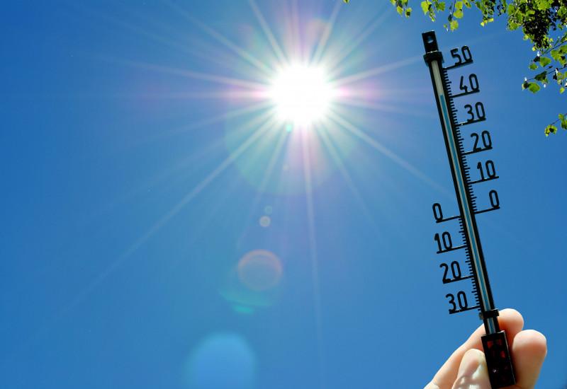 Das Bild zeigt ein Thermometer im Sonnenschein.