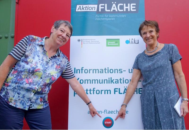 """Umweltministerin Hendricks und UBA Präsidentin Krautzberger starten Internetplattform """"Aktion Fläche""""."""
