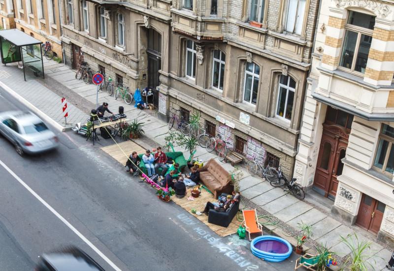 Gruppe von Menschen hat sich auf Seitenparkstreifen eine kleine Lounge eingerichtet
