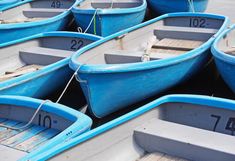 Blaue Ruderboote