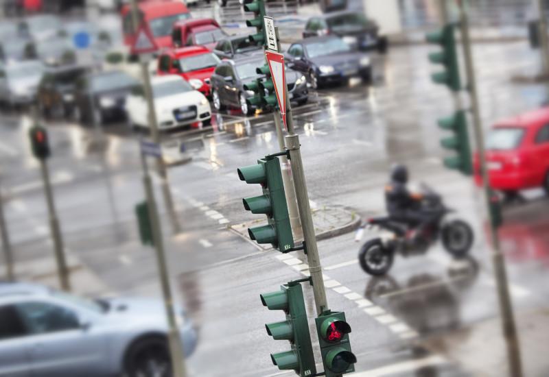 Stark befahrene Kreuzung in der Stadt