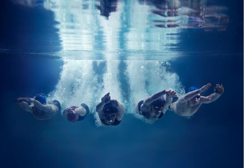 Fünf Schwimmer unter Wasser
