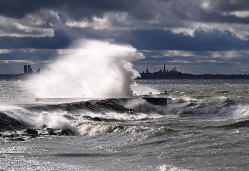 stürmische See mit Wellen und Gischt
