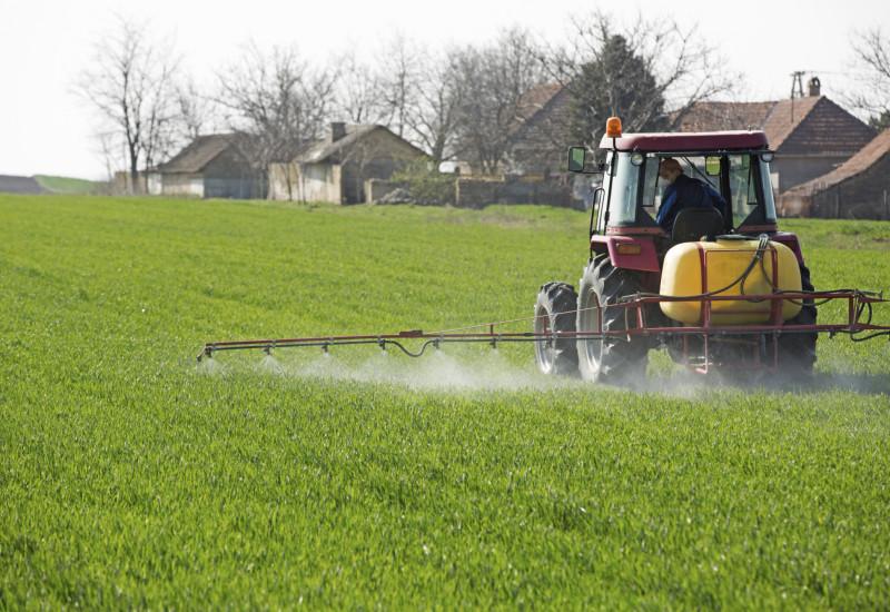 Traktor mit Pflanzenschutzmittel