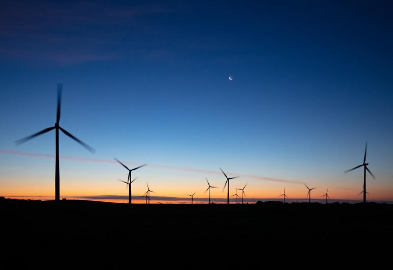 Windräder bei Nacht