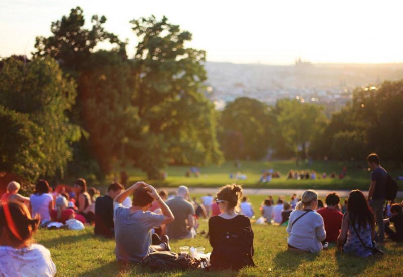 Menschen auf Wiese im Park