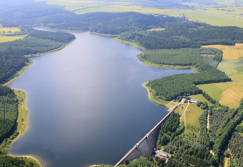 Ein Luftbild der Talsperre Lehnmühle in Sachsen