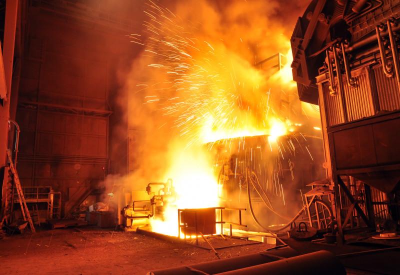 Hochofen sprüht Funken und Feuer.