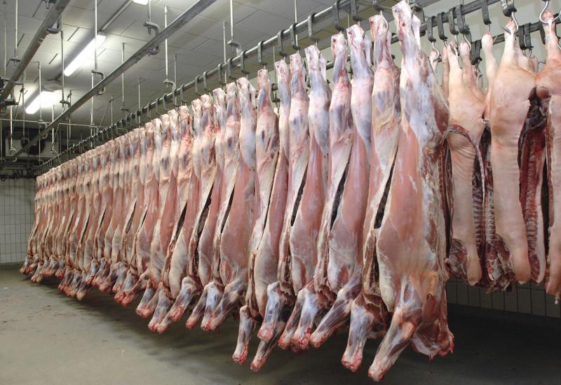 Schlachthaus mit Rinderhälften