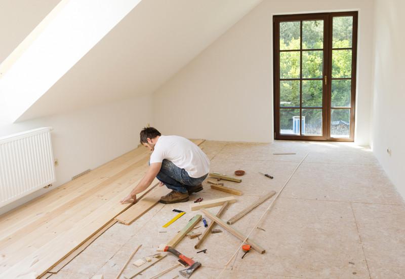 Ein Holzfußboden wird verlegt.