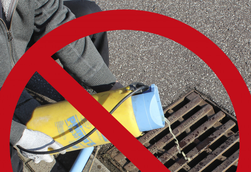 Entleerung eines Pflanzenschutzmittels über einem Gully mti einem roten Verbotszeichen darüber