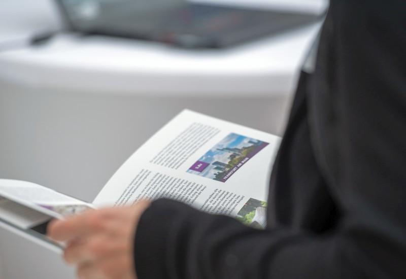 Ein Mann blättert in einer Broschüre