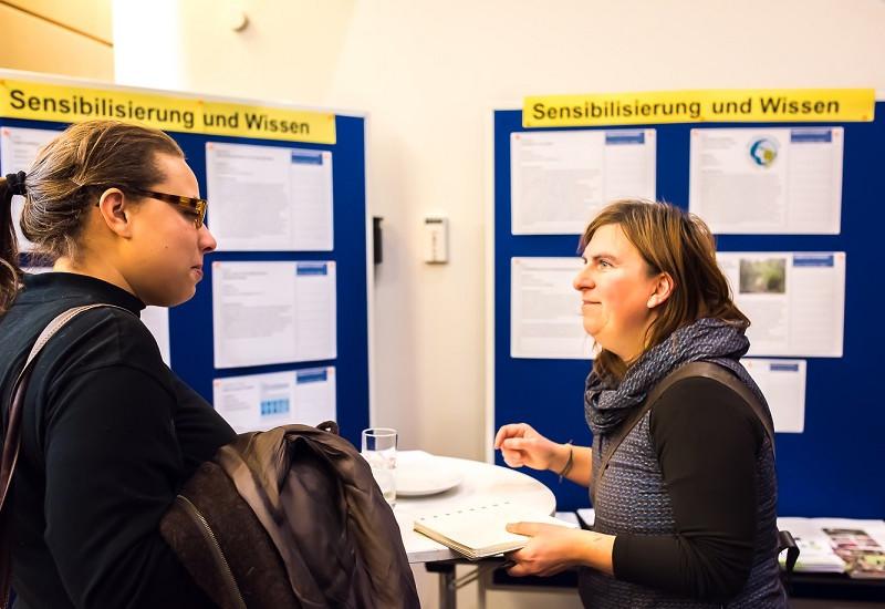 Am Thementisch Sensibilisierung und Wissen tauschen sich Teilnehmende über Kooperationsmöglichkeiten zur Klimaanpassung in der Stadt Frankfurt am Main aus