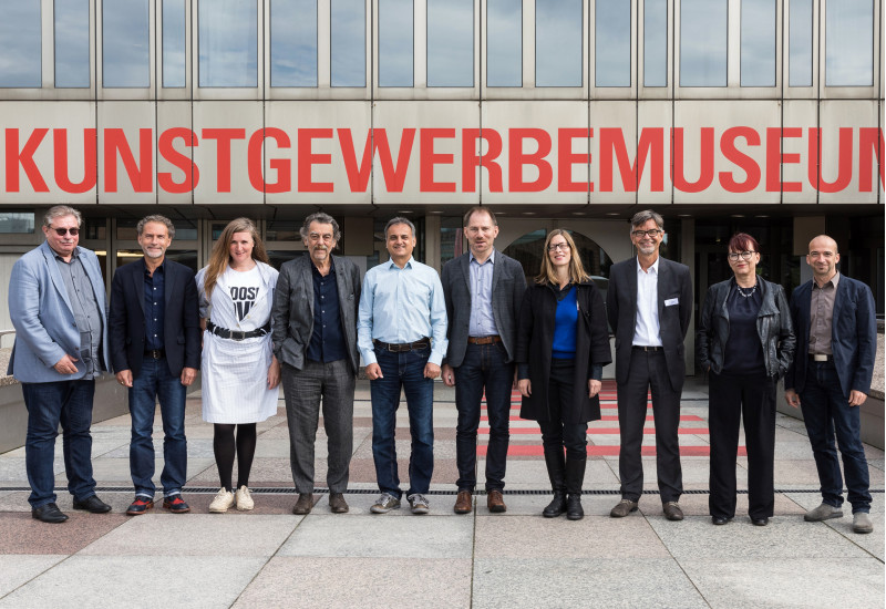 Gruppenbild der 10 Jurymitglieder vor dem Kunstgewerbemuseum Berlin
