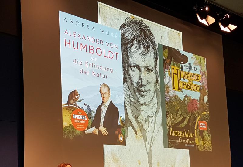 """die Autorin Andrea Wulf , Autorin des Buches """"Alexander von Humboldt und die Erfindung der Natur"""" bei einer Präsentation"""