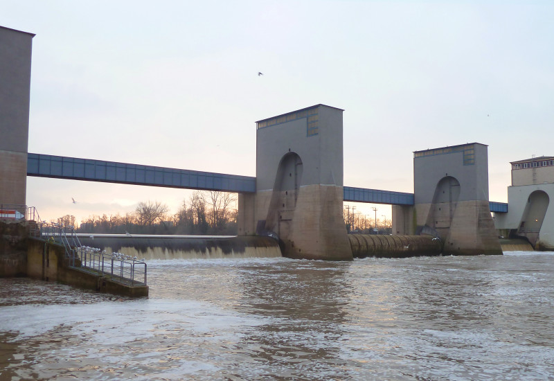 Blick auf das Wasserkraftwerk Griesheim im Main