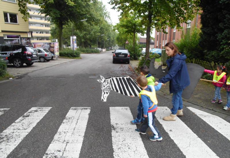 Kinder überqueren einen Zebrastreifen