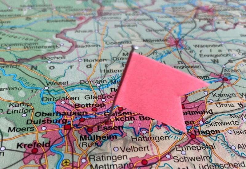 Ein Fähnchen steckt auf der Deutschlandkarte in der Stadt Essen