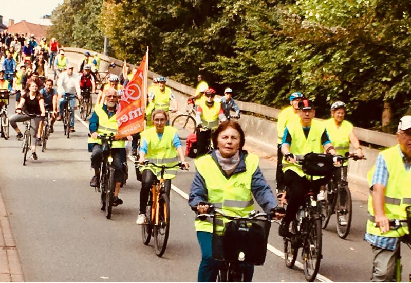 Radfahrerinnen und Radfahrer der Fahrradtou rin Warnwesten