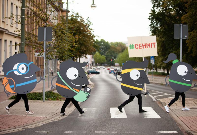 Edgars laufen über den Zebrastreifen, wie die Beatles auf dem Abbey Road Cover