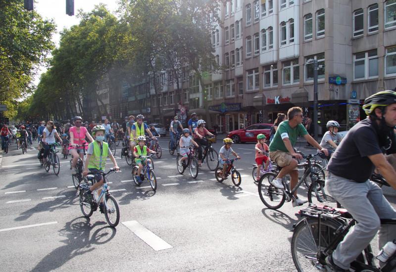 Kinder und Erwachsende sind auf dem Fahrrad unterwegs und demonstrieren in Köln für bessere Radinfrastruktur für Kinder.