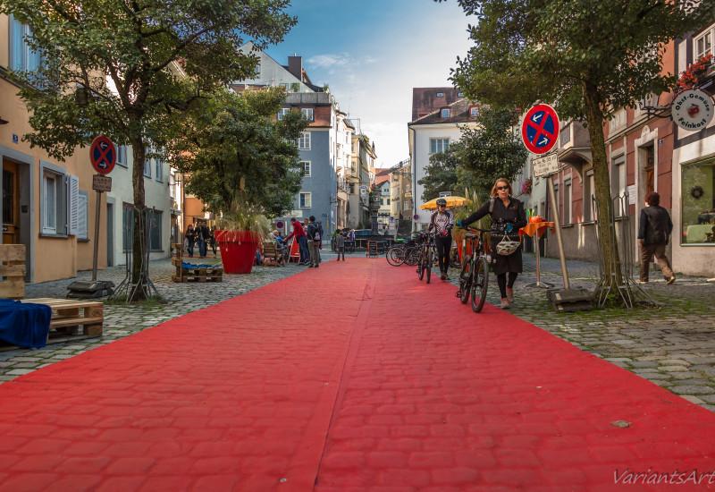 Roter Teppich wird auf einem autofreien Parkplatz in Lindau am Bodensee