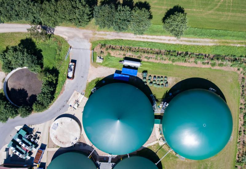 Luftbild einer Biogasanlage in direkter Aufsicht