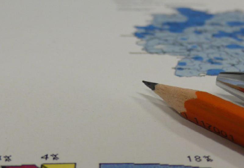 Torten- und Kartengrafik mit aufliegenden Schreibstiften