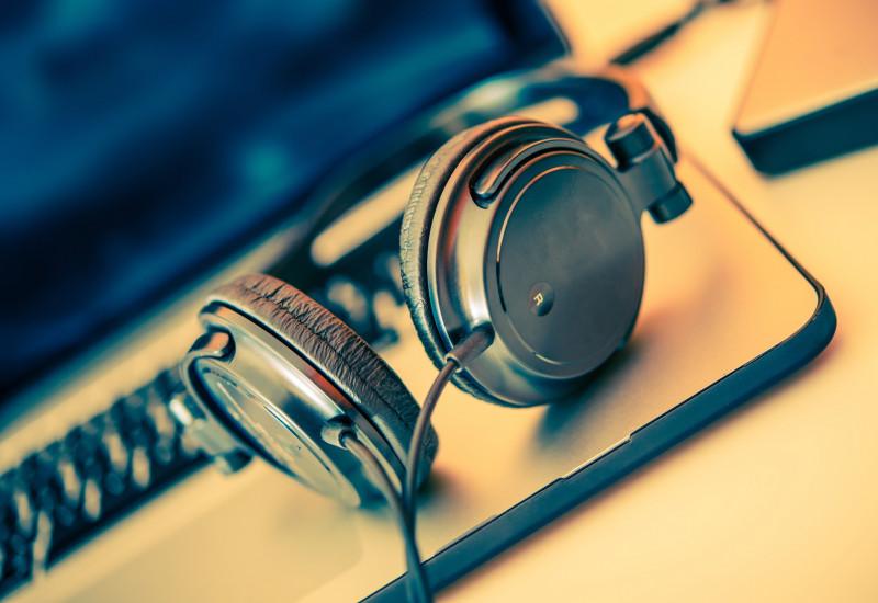 Kopfhörer auf Notebook