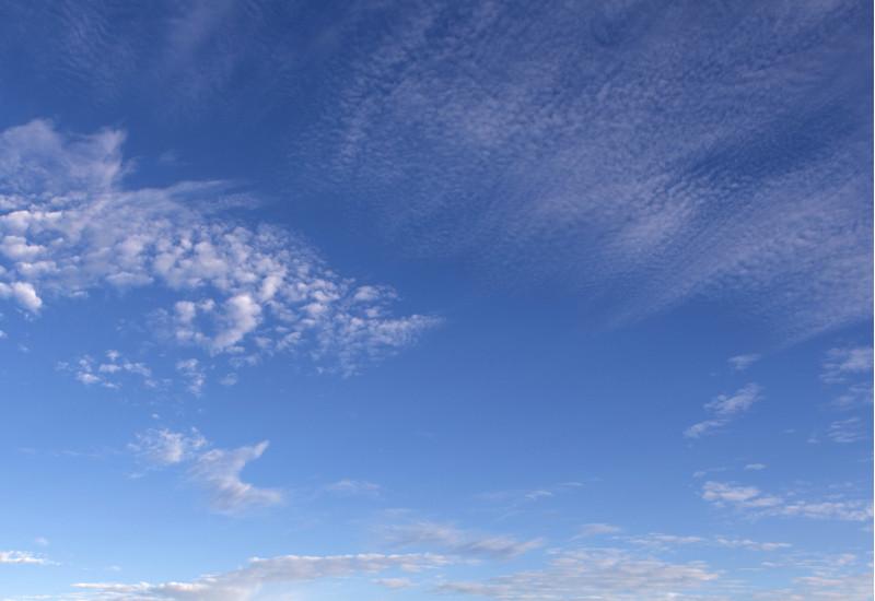 blauer Himmel mit leichten Wolken
