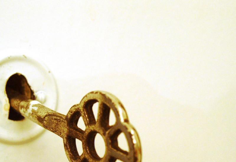 Detailaufnahme: Schlüssel in einem Türschloss