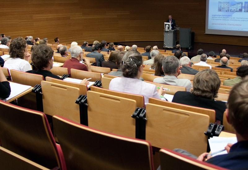 Hörsaal gefüllt mit Zuhörern während eines Vortrags im Rahmen einer KomPass-Forschungskonferenz