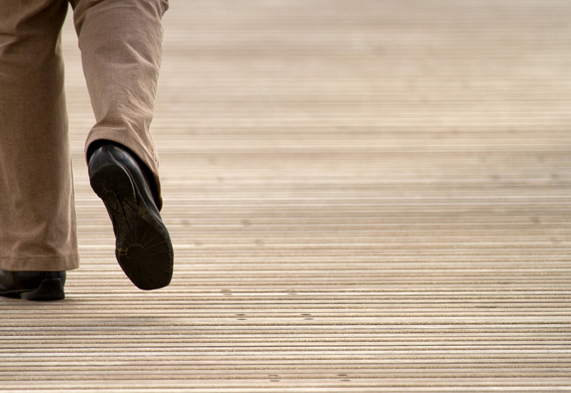 Beine einer schreitenden Person