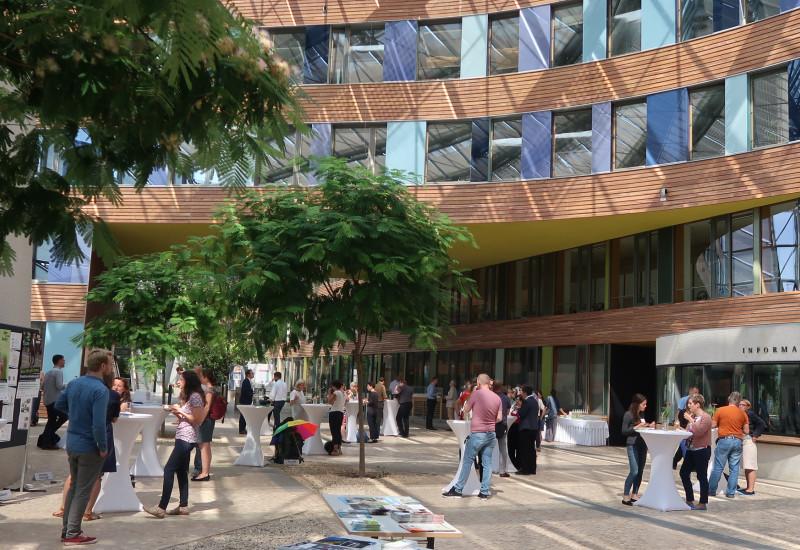 """Das Foto zeigt die Teilnehmer der Fachtagung """"kommunal mobil"""" im UBA-Atrium"""