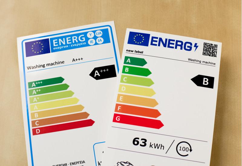 Das Foto zeigt die alte Energieverbrauchskennzeichnung mit den Klassen bis A+++ bis D und daneben die neue Kennzeichnung mit den Klassen A bis G