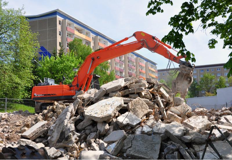 ein Plattenbau wird abgerissen