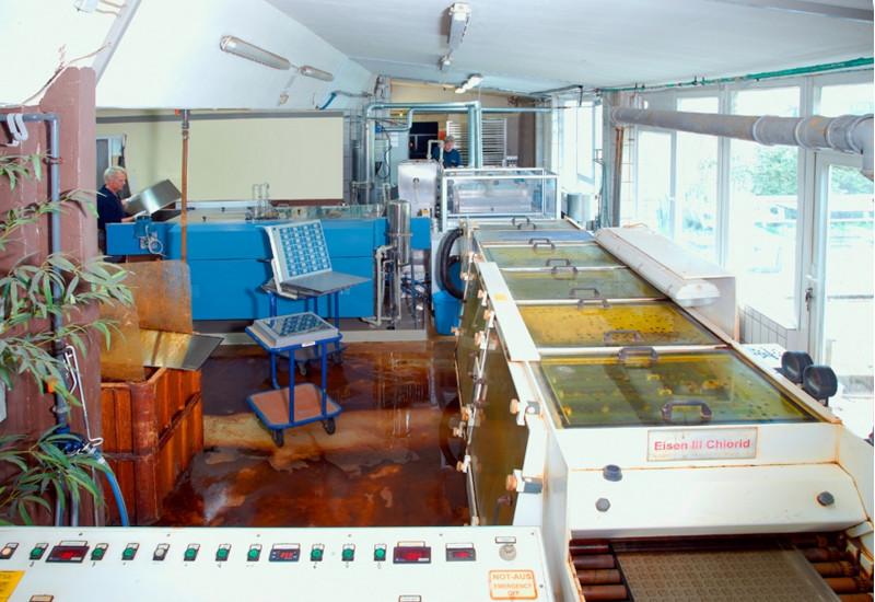 In einem Produktionsraum steht eine Anlage mit Fließband