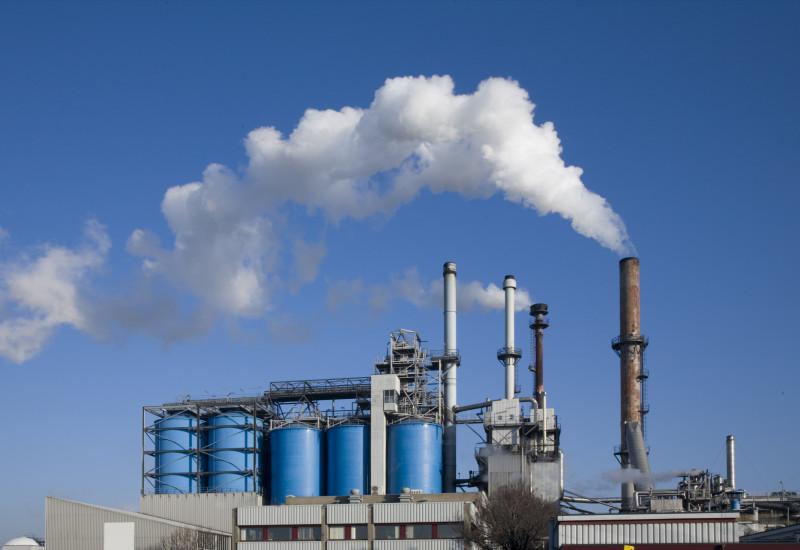 Industrieanlage mit Tanks und Schornsteinen