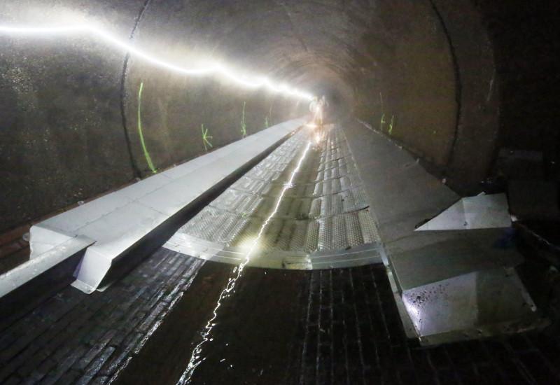 lange Metallkonstruktion in einem Abwasserkanal