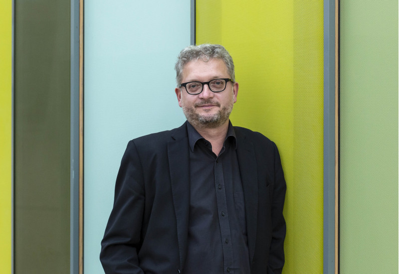 Karsten Klenner im Innenhof des UBA Dessau-Roßlau