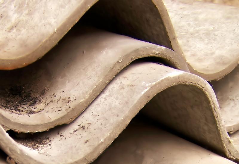 hellgraue Wellplatten aus Asbestzement
