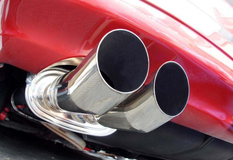 rotes Auto mit silber glänzendem Auspuff in Großaufnahme